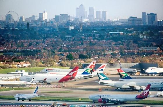 Der Londoner Flughafen Heathrow, Europa größter Airport, platzt aus allen Nähten. Eine Regierungskommission schlägt nun den Bau einer dritten Landebahn vor. Das Projekt eines neuen Flughafens auf einer künstlichen Insel in der Themse ist zu teuer.