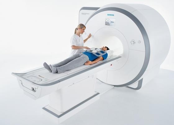 Beispiel für Magnetresonanztomografen (MRT), mit denen heute in Kliniken und Praxen gearbeitet wird. Medizintechniker in Freiburg haben jetzt ein MRT entwickelt, das sich mit winzigen Magneten begnügt. Künftig könnte es Mini-MRT geben, die so klein sind, dass sie in einen Notfallkoffer passen würden.