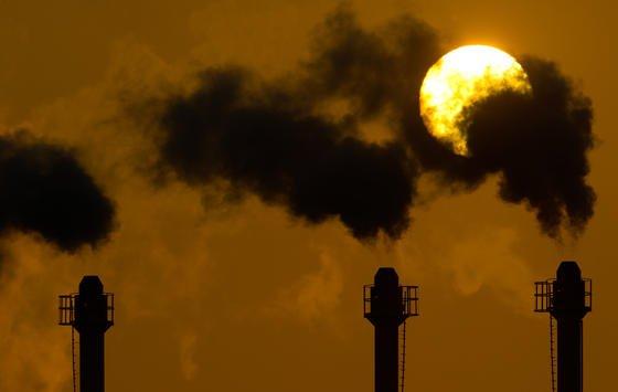 Deutsche Unternehmen haben 2012 zwei Prozent weniger Treibhausgase als 2011 in ihrer Produktion eingesetzt.