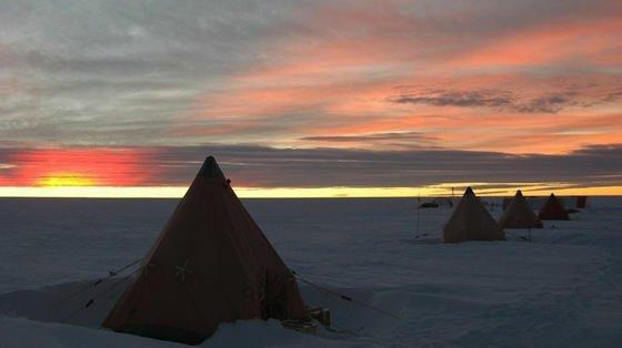 Das im Osten der Antarktis gefundene Kimberlit-Gestein ist 120 Millionen Jahre alt und stammt aus der Zeit, als der indische Subkontinent und die Australien-Antarktis auseinanderdrifteten. Entlang des 700 Kilometer langen Lambert-Grabens könnte das Gestein riesige Diamant-Vorräte bereithalten, vermuten Wissenschaftler.