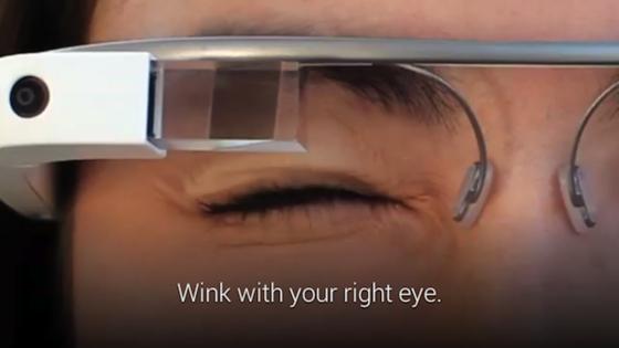 """Eine halbe Sekunde lang das Auge zukneifen, dann macht """"Glass"""" ein Foto."""