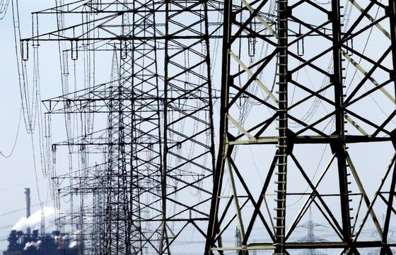 Viele der befragten Firmen haben bereits ein Energiemanagementsystem etabliert. Und obwohl sich Investitionen in energieeffiziente Anlagen und Programme meist schon nach wenigen Jahren amortisieren, scheuen viele einen Schritt in diese Richtung.