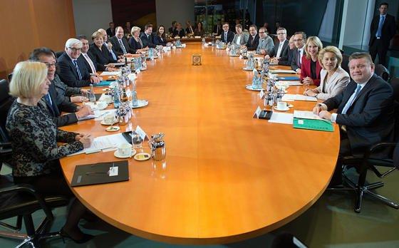 Bundesminister und Kanzlerin sitzen am 17. Dezember 2013 in Berlin am Kabinettstisch. Vom Tisch gefallen ist bei den Koalitionsverhandlungen der angekündigte Internetausschuss. Zu unklar sind noch die Zuständigkeiten der einzelnen Ministerien beim Thema digitales Leben.
