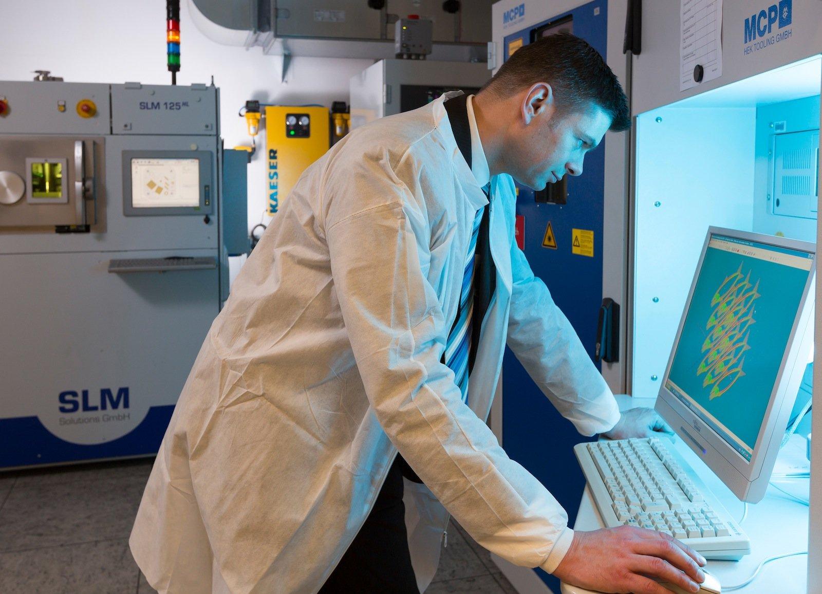 Olaf Rehme analysiert ein CAD-Modell für sein nächstes Druck-Objekt.
