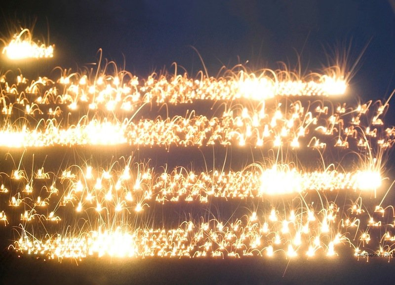 Wenn der Laserstrahl auf das Bett aus Metallpulver trifft, wird hohe Energie in Form von Wärme freigesetzt. Das Metall verschmilzt, Schicht für Schicht. Relativ rasch erkaltet es danach zu einer festen Form.