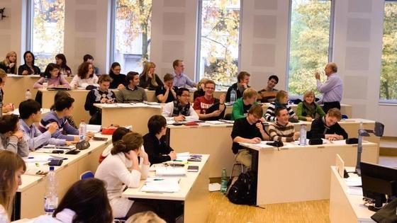 Duale Studiengänge haben Vor- und Nachteile.