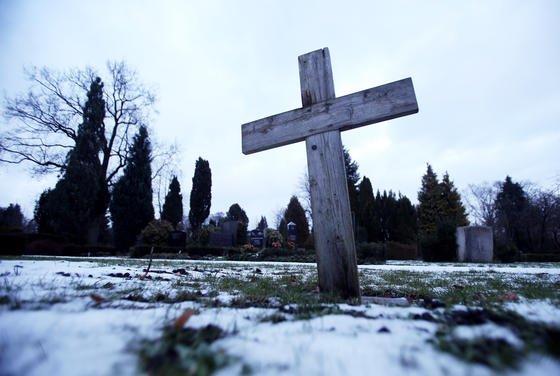Einfache Beerdigungen werden zunehmend seltener. An ihre Stelle treten moderne Krematorien.