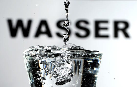 Auch das Trinkwasser muss in größeren Immobilien auf Legionellen geprüft werden.