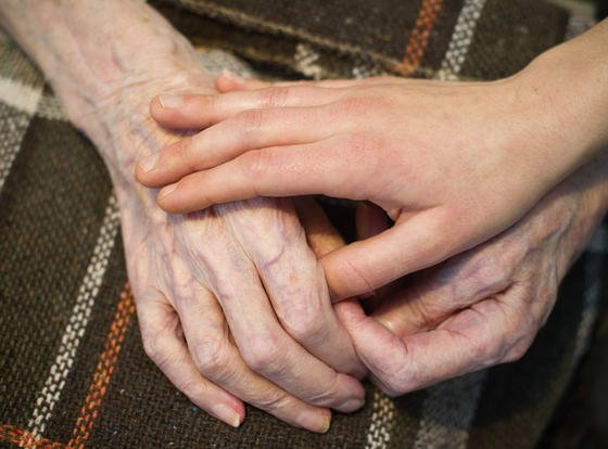Alt und jung unterstützen sich gegenseitig bei der Bewältigung des Alltags.