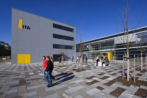 Jedes Element der Fassade des neuen Instituts für Textiltechnik an der RWTH Aachen ist mit Lichttechnik ausgerüstet. Nachts strahlt die Fassade in allen Farben.