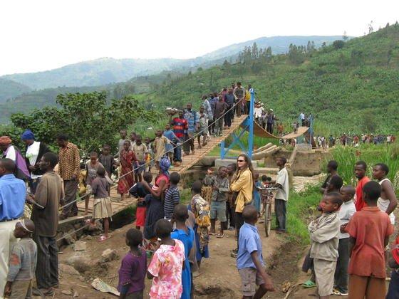 """In Ruanda förderte die Aktion """"Ingenieure helfen der Welt"""" ein Brückenbauseminar für Ingenieure. Denn im Land fehlen einfache Fußgängerbrücken."""