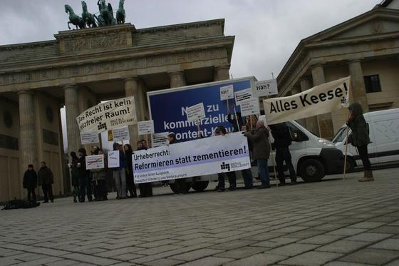 Demonstration von Verlegern und Journalisten vor dem Brandenburger Tor gegen den Datenklau durch Google. Während Google in Frankreich für die Nutzung von Artikeln zahlt, fehlt noch eine Lösung in Deutschland.