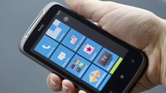 Windows Phone 7: Deutsche Telekom und Microsoft starten in Deutschland gemeinsamTelekom und Microsoft haben eine strategische Partnerschaft zur gemeinsamen Vermarktung von Windows Phone 7 in Deutschland geschlossen. In einem ersten Schritt wird die Deutsche Telekom Kunden die beiden Windows Phone 7-Geräte HTC 7 Mozart und Samsung Omnia 7 anbieten. Die beiden Unternehmen werden darüber hinaus umfangreiche gemeinsame Werbe- und Promotion-Aktivitäten durchführen, um die neuen Smartphones bundesweit zu bewerben.
