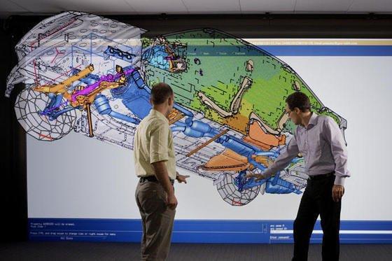 Ingenieure absolvieren Schwingungs- und Akustikuntersuchungen mithilfe eines digitalen Prototypen.