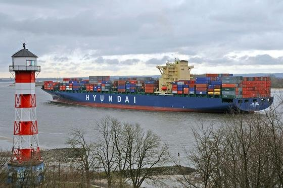 Ein neuer, elastischer Spezialanstrich soll jetzt Muscheln und anderen Bewuchs am Rumpf großer Schiffe wirkungsvoll abschütteln.