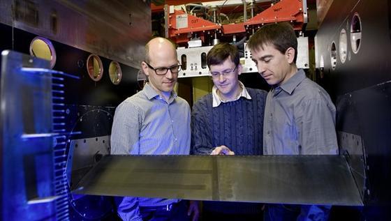 Forscher des Deutschen Zentrums für Luft- und Raumfahrt (DLR) in Göttingen testen ein neuartiges Rotorblatt mit Löchern im Windkanal.
