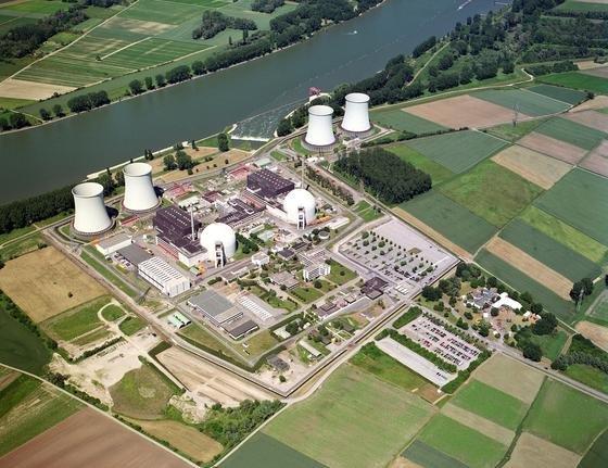 Seit 2011 abgeschaltet: das Atomkraftwerk Biblis in Südhessen. Obwohl acht alte AKWs vom Netz genommen wurden, wird in Deutschland weiterhin so viel Strom produziert, dass die Bundesrepublik Strom exportiert.