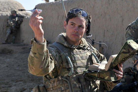 """Nur zehn Zentimeter lang und 16 Gramm leicht ist die kleinste Minidrohne der Welt namens """"Black Hornet"""", die im Afghanistan-Krieg von den Briten eingesetzt wird."""