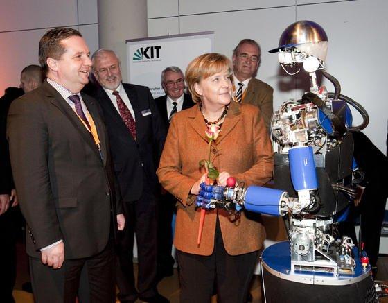 Der Roboter Armar des Karlsruher Instituts für Technologie kann nicht nur Spülmaschinen ausräumen, sondern sogar Kanzlerin Angela Merkel die Hand schütteln.