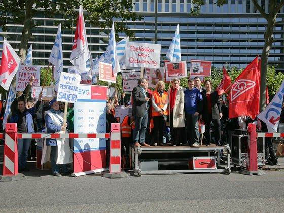 Schon 2011 demonstrierten die Mitarbeiter der Vodafone-Zentrale in Eschborn für den Erhalt ihrer Arbeitsplätze. In diesem Jahr will Vodafone trotzdem 360 Arbeitsplätze von Hessen nach Düsseldorf verlagern, 1.000 Jobs bleiben in Eschborn.