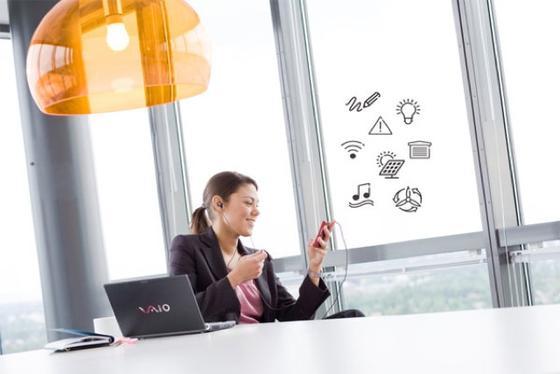 Ericsson will die Fenster von Bürohäusern mit Folien bekleben, die elektronische Bauteile enthalten und so als als Sende- und Empfangsantennen für den Mobilfunk genutzt werden können.