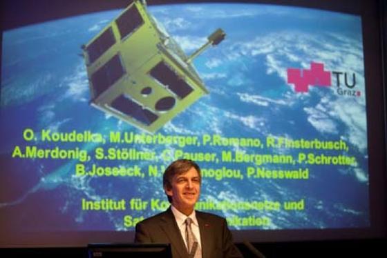 """""""TUGSAT-1"""" kreist im All. Projektleiter Otto Koudelka von der TU Graz ist stolz auf den reibungslosen Start des von ihm und seinem Team gebauten Satelliten."""