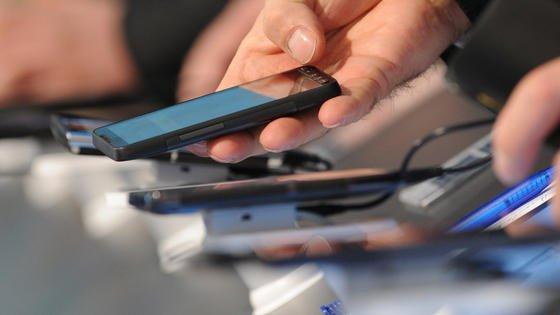 Bringen Hersteller ihre Smartphones zu früh auf den Markt? Ja, behauptet der Technologieberater John Strand.
