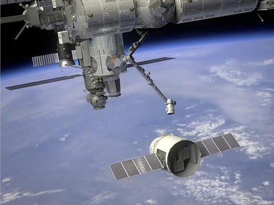 Eine unbemannte «Dragon»-Kapsel wird vom Roboterarm der Raumstation ISS gepackt und in die richtige «Parkposition» gebracht wird.