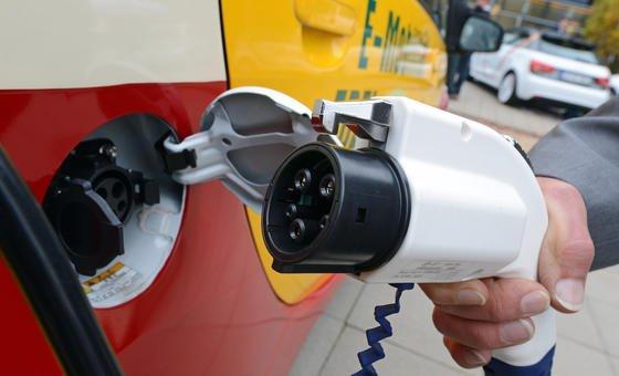 Autohersteller und Zulieferer entwickeln das Zukunftskonzept Elektromobilität mit Hochdruck weiter.