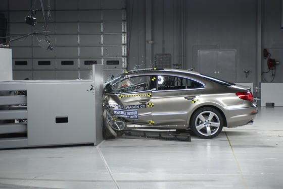Forscher gehen der Frage nach, wie sich Leichtbaumaterialien und Antriebskonzepte auf das Crashverhalten von Fahrzeugen auswirken.