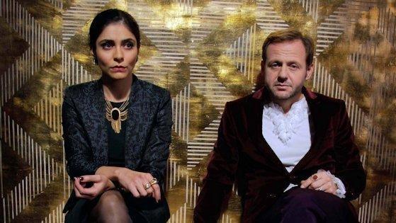 """Die Schauspieler Samuel Finzi und Pegah Ferydoni spielen in dem multimedialen TV-Stück """"Wagnerwahn"""" die Hauptrollen."""
