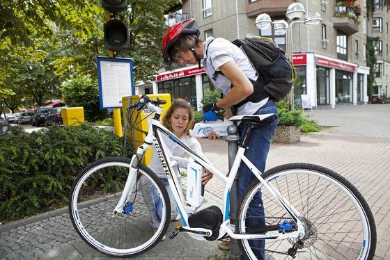Pedelecs boomen: 2012 wurden rund 400.000 in Deutschland verkauft. Sie genießen den gleichen Versicherungsschutz wie Fahrräder ohne zusätzlichen Antrieb.