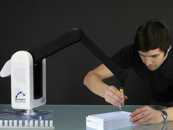BioRob: Der Roboter-Arm nach menschlichem Vorbild kann bis zu 0,5 Kilogramm schwere Gegenstände halten.