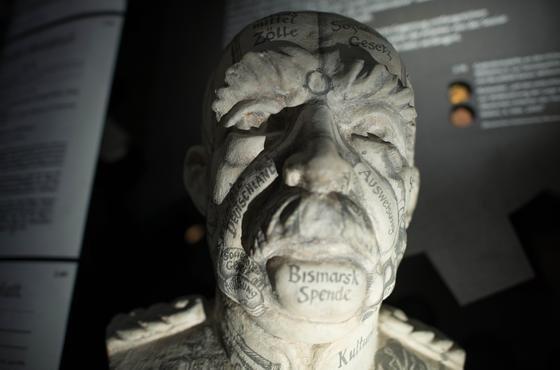 """Eine Büste des Reichskanzlers Otto von Bismarck ist im Mannheimer Technomuseum in der Ausstellung """"Durch die Nacht zum Licht? Geschichte der Arbeiterbewegung 1863-2013"""" zu sehen."""