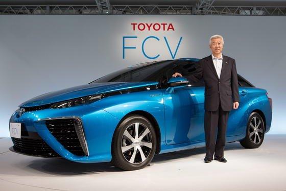 Mitsuhisa Kato, Vizepräsident von Toyota, präsentierte gestern in Tokio den FCV auf einer Pressekonferenz. In Japan soll das Brennstoffzellenauto ab März 2015 für 50.000 Euro zu haben sein. Europäer müssen laut Toyota rund 30.000 mehr zahlen.
