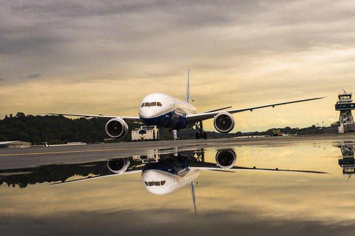 Der neue Dreamliner 787-9 hat eine Reichweite von 15.400 Kilometern. Er darf wegen der Notfalltriebwerke aber größeren Abstand zu Notfallflughäfen halten und deshalb direktere Flugrouten wählen.