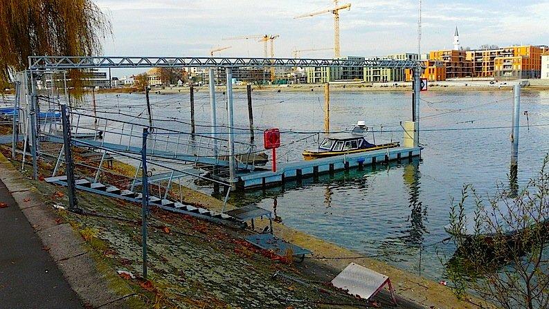 Eher unscheinbar wirkt die neue Wasserstofftankstelle der Hochschule Konstanz: Mehrfach abgesichert sind die Leitungen, die den Wasserstoff zum Schwimmsteg der Solgenia führen. Dort wird das Solarboot in ein bis zwei Minuten betankt.