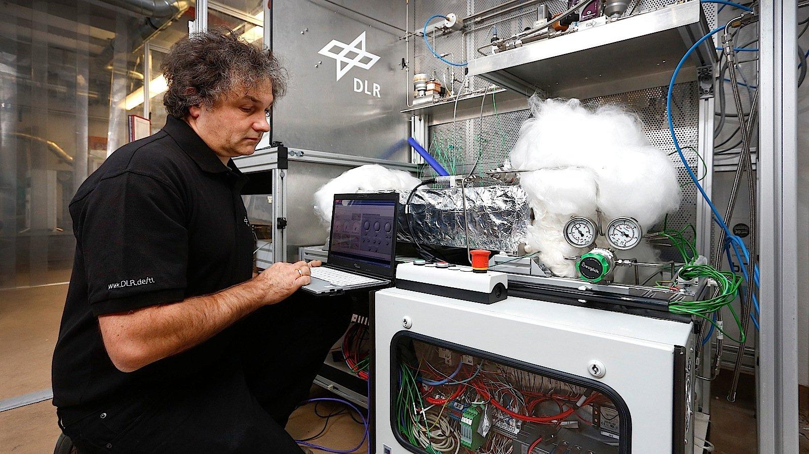 Der Wasserstoff-Tank ist mit Feststoffen gefüllt, die das flüchtige Gas wie ein Schwamm aufsaugen und damit besser im Tank halten.