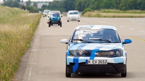 In den Testfahrten musste sich das E-Auto der Technischen Universität München an Serienmodellen messen: unter ihnen der Tesla S und der VW up mit Benzinmotor.