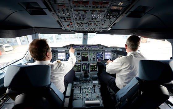 Piloten im Cockpit eines Lufthansa-Airbus A380. Beim größten Teil ihrer Arbeit unterstützt sie ein Autopilot. Ein solcher soll auch den Flug MH370 auf Kurs gehalten haben, als die Piloten vermutlich längst ohnmächtig waren.
