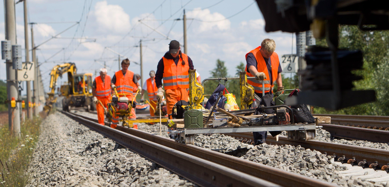 Die Bahn wehrt sich gegen die Unterstellungen im SWR-Bericht: Der Konzern gebe jedes Jahr 1,4 Milliarden für die Wartung des Schienennetzes aus, 400 Millionen Euro mehr als mit dem Bund vereinbart.