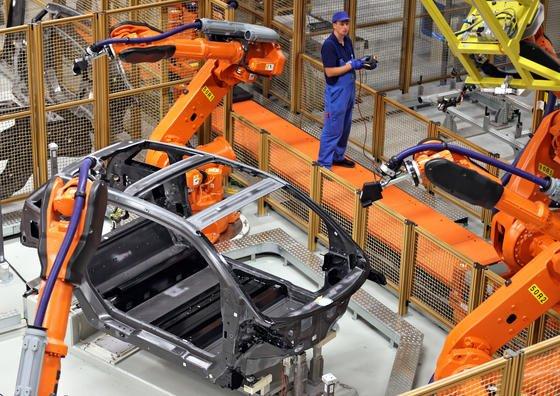 Roboter arbeiten an der Carbon-Karosse eines Elektrowagens i3 im BMW-Werk in Leipzig. Autobauer weltweit sind daran interessiert, das Gewicht ihrer Fahrzeuge weiter zu reduzieren und den Spritverbrauch zu senken. Von Stahl-Aluminium-Hybridrohren können sie angeblich eine Gewichtsreduktion um 20 Prozent erwarten.