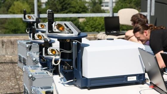 Vorbereitende Vergleichsmessungen mit mehreren Fourierspektrometern auf der Dachterrasse des KIT-Instituts für Meteorologie und Klimaforschung.Die Spektrometeranalysieren, wie stark die Wärmestrahlung der Sonne beim Durchgang durch die Erdatmosphäre abgeschwächt wird.
