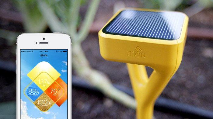 Der Gartensensor steckt im Boden und gibt beispielsweise einen Alarm aufs Smartphone, wenn es an Wasser fehlt.