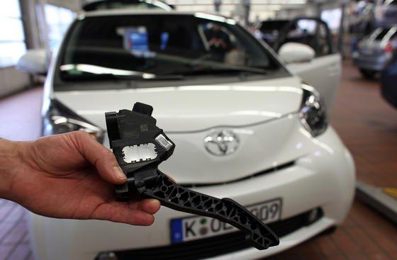Problem mit einem Gaspedal im Toyota iQ: In letzter Zeit häufen sich Massenrückrufe der großen Autohersteller. Thomas Schlick, Autoexperte der Unternehmensberatung Roland Berger, sieht für die große Zahl zurückgerufener Autos einen Grund in der Gleichteilestrategie der Hersteller.