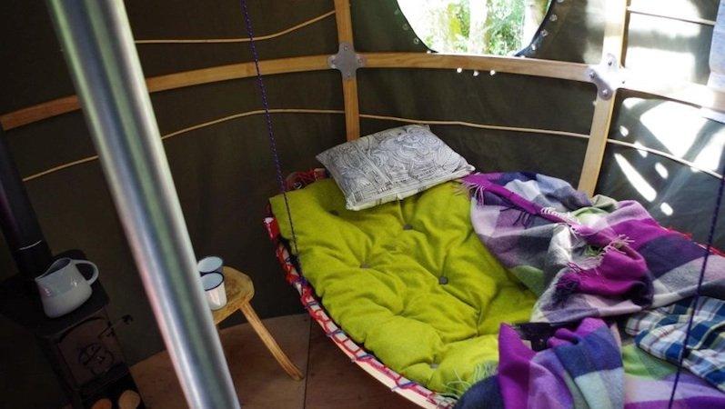 Im Inneren der Baumzelte ist Gemütlichkeit angesagt: Es gibt sogar einen Ofen, der die Schlafplätze in kalten Nächten wärmt.
