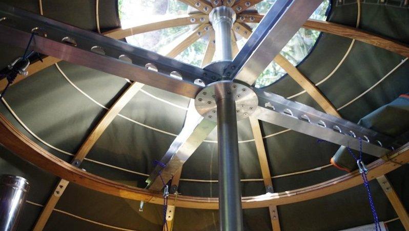 Der Aluminiumrahmen der Baumzelte sorgt für die nötige Stabilität, die Latten aus Esche, die im Wasserdampf gebogen werden, halten die Bespannung des Zeltes.