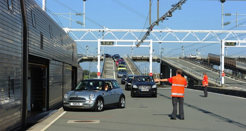 Sogar im französischen Calais werden alle Reisenden Richtung Großbritannien erfasst. Fotos der Fahrer werden mit dem Fahrzeug und Kennzeichen verknüpft und an die Sicherheitsbehörden weitergeleitet.