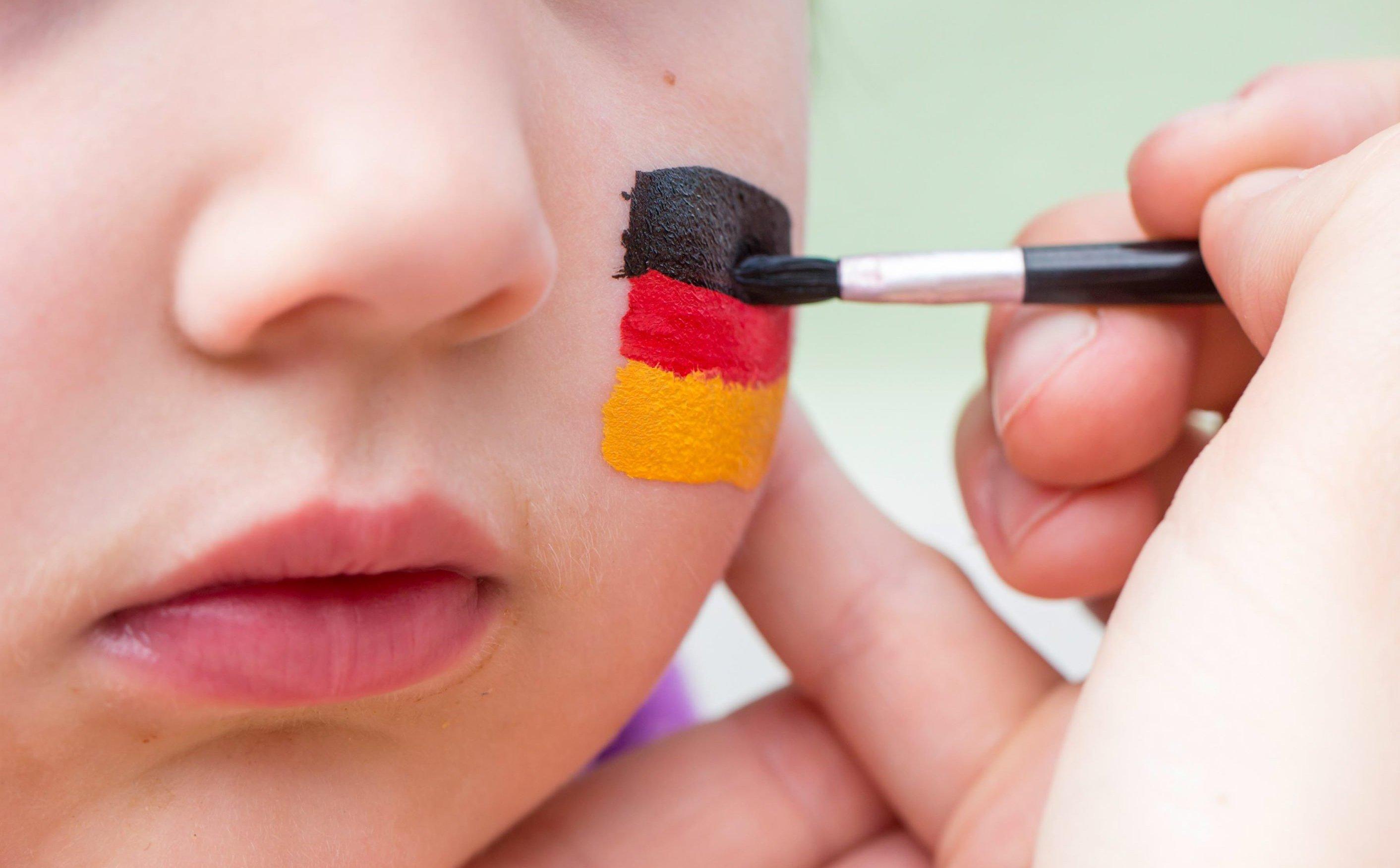 Besonders für Kinder ist der Zusatzstoff Lackrot gesundheitsgefährdend. In Baden-Württemberg ist die WM-Schminke daher schon verboten.