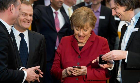 """Doch nicht abhörsicher: Bundeskanzlerin Angela Merkel (CDU) im vergangenen Jahr auf der CeBITmit einem Blackberry am Stand von Secusmart. Nach einem Bericht der """"Bild am Sonntag"""" können auch die neuen Geräte problemlos vom US-Geheimdienst NSA ausspioniert werden."""